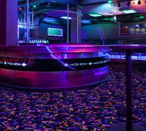 Флуоресцентное напольное покрытие для объектов индустрии развлечений.